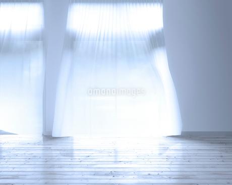 風に揺れるカーテン CGのイラスト素材 [FYI01965508]