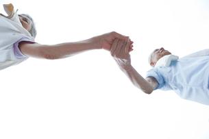 手をつなぐシニア夫婦の写真素材 [FYI01965559]