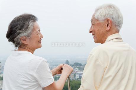 見つめ合うシニア夫婦の写真素材 [FYI01965570]
