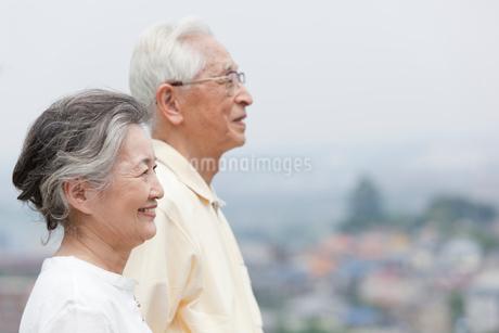 遠くを見つめるシニア夫婦の写真素材 [FYI01965903]