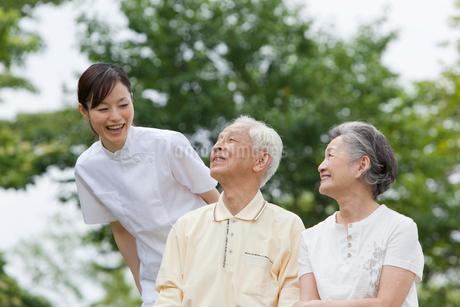女性介護士とシニア夫婦の写真素材 [FYI01965965]