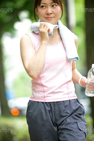 ウォーキングをする女性の写真素材 [FYI01965981]