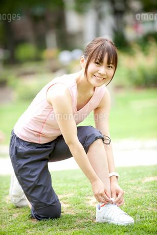 靴紐を結ぶ女性の写真素材 [FYI01965987]