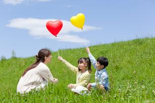 風船を持つ親子の写真素材 [FYI01966637]