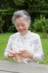 編み物をするシニア女性の写真素材 [FYI01966932]