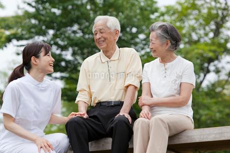 女性介護士とシニア夫婦の写真素材 [FYI01966982]