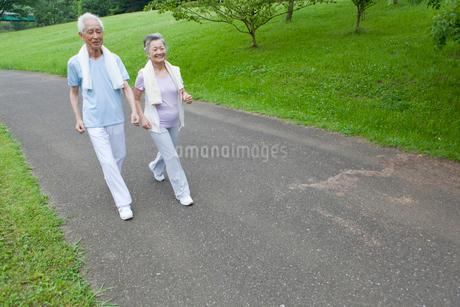 ウォーキングをするシニア夫婦の写真素材 [FYI01967133]