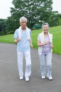 ウォーキングをするシニア夫婦の写真素材 [FYI01967725]