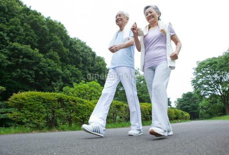 ウォーキングをするシニア夫婦の写真素材 [FYI01967893]