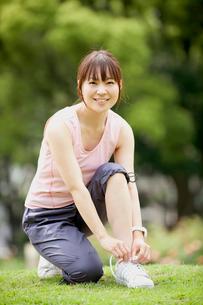 靴紐を結ぶ女性の写真素材 [FYI01968080]