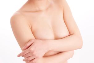 胸を手で覆うヌード女性の写真素材 [FYI01968219]