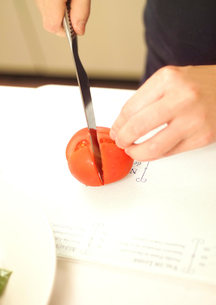トマトを切るの写真素材 [FYI01968224]