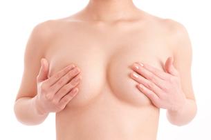 胸を手で覆うヌード女性の写真素材 [FYI01968264]