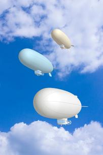 青空と複数の飛行船 CGのイラスト素材 [FYI01968619]