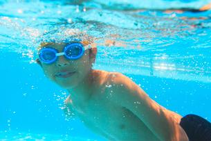 プールで泳ぐ男の子の写真素材 [FYI01968728]