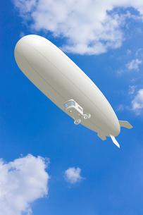 青空と飛行船 CGのイラスト素材 [FYI01969314]