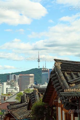 三清洞の街並みとNソウルタワー 韓国の写真素材 [FYI01969422]
