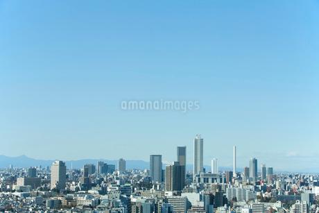 青空と東池袋副都心の街並みの写真素材 [FYI01969699]