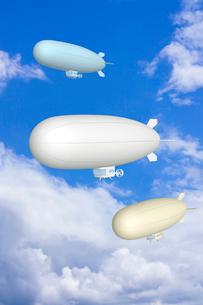 青空と複数の飛行船 CGのイラスト素材 [FYI01969706]