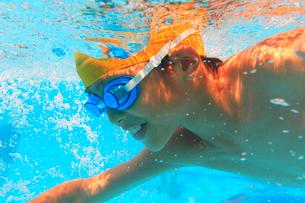 プールで泳ぐ男の子の写真素材 [FYI01969762]