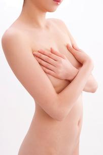 胸を手で覆う日本人女性のヌードの写真素材 [FYI01969844]