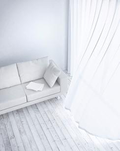 リビングルームに置かれたソファー CG のイラスト素材 [FYI01970701]