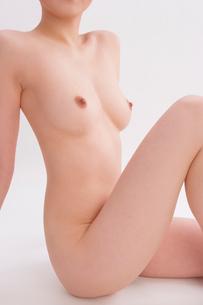 座る日本人女性のヌードの写真素材 [FYI01970759]