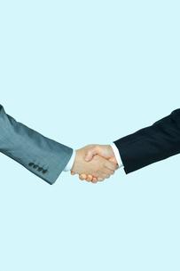 握手をするビジネスマンの手の写真素材 [FYI01970905]