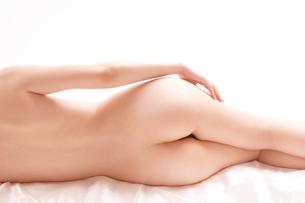 ベッドに横たわるヌード女性の写真素材 [FYI01971013]