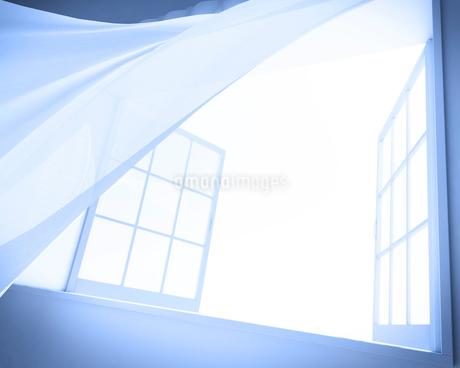 風で揺れるカーテン CGのイラスト素材 [FYI01971116]