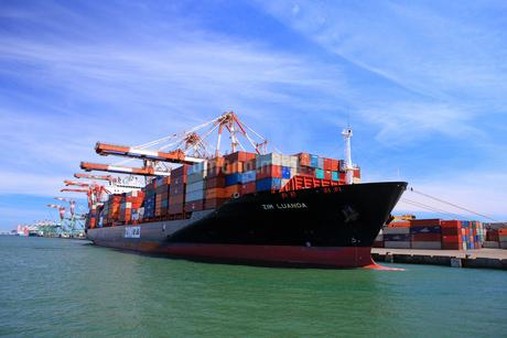 高雄港と貨物船 台湾の写真素材 [FYI01972232]