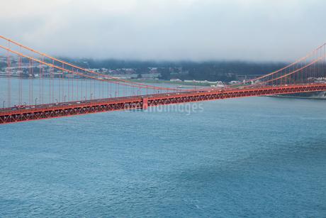 ゴールデンゲートブリッジと海面 サンフランシスコの写真素材 [FYI01972462]