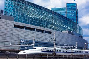 新幹線と東京国際フォーラムの写真素材 [FYI01973249]