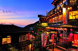 夕暮れの阿妹茶酒館 九フンの写真素材 [FYI01973303]