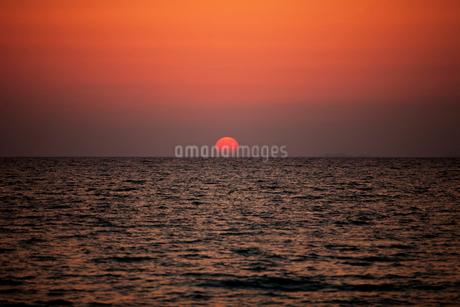 夕日と海 沖縄県の写真素材 [FYI01973328]