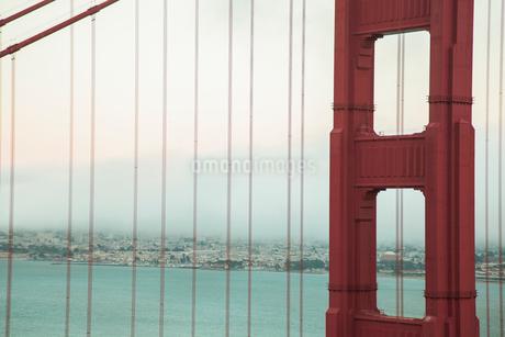 ゴールデンゲートブリッジ アップ サンフランシスコ の写真素材 [FYI01973553]