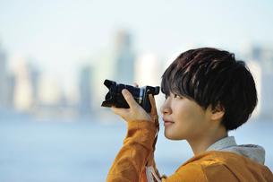 デジタルカメラで撮影をする女性の写真素材 [FYI01973557]