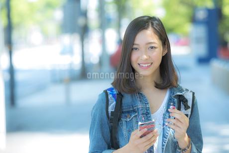 スマートフォンで音楽を聴く女性の写真素材 [FYI01973647]