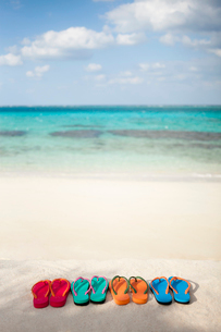 海と並べられたビーチサンダルの写真素材 [FYI01973671]