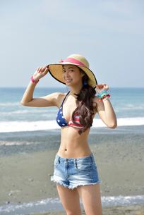 海辺の水着女性の写真素材 [FYI01974178]