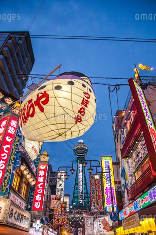 新世界と通天閣の夜景 大阪の写真素材 [FYI01974343]