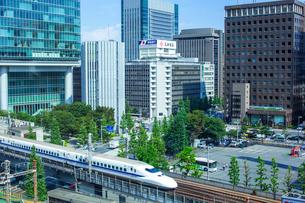 新幹線と有楽町のビル街の写真素材 [FYI01974423]