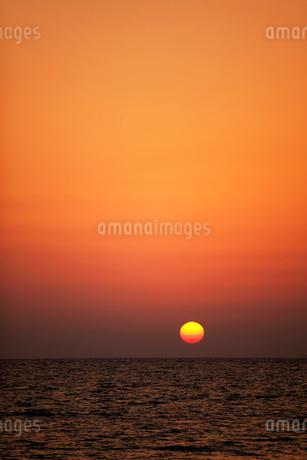 夕日と海 沖縄県の写真素材 [FYI01974744]