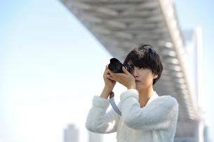 デジタルカメラで撮影をする女性の写真素材 [FYI01975059]