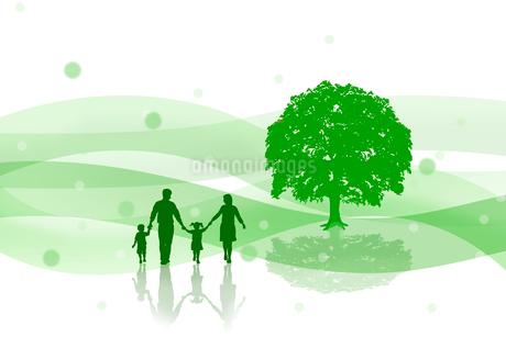 樹木と家族のシルエット CGの写真素材 [FYI01975285]