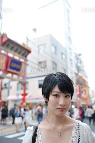 中華街に立つ女性の写真素材 [FYI01975365]