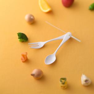 食材でできた時計の写真素材 [FYI01975619]