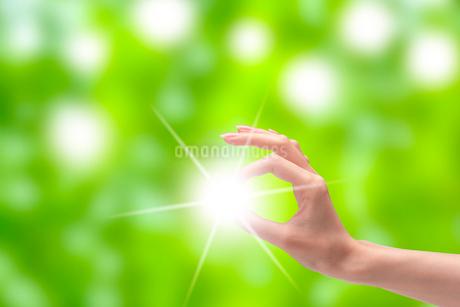 光と女性の手 CGのイラスト素材 [FYI01975869]