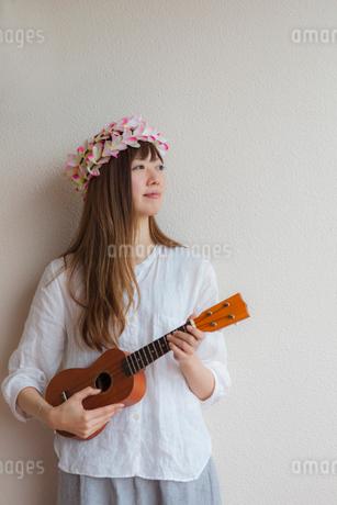 ウクレレを弾く女性の写真素材 [FYI01976254]