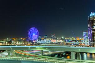 お台場周辺のビル群と観覧車の夜景の写真素材 [FYI01976674]